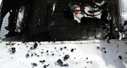 Un hombre mira a una furgoneta dañada, hoy en Cizre