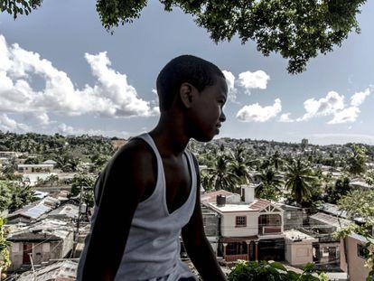 Los Guandules es un barrio del norte de Santo Domingo, en República Dominicana. Una remodelación del río Ozama y sus orillas pretende desalojar hasta a 1.000 familias. Unos se oponen al cambio y otros están deseándolo, pero no confían en que el Gobierno vaya a hacerlo.