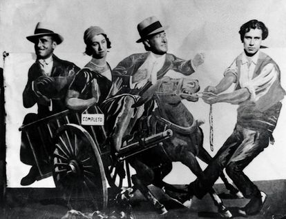 Concha Méndez, en una verbena en los años veinte con Altolaguirre (a la derecha), Aleixandre (en el centro) y otro amigo.