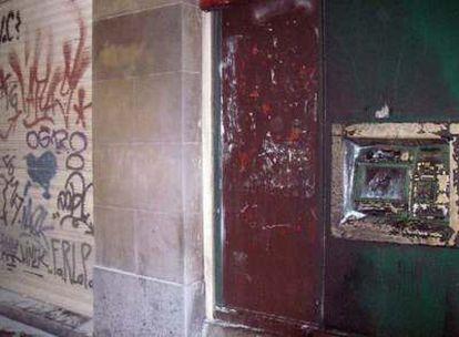 Imagen de un cajero quemado por radicales en Bilbao
