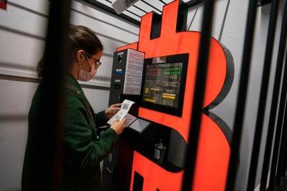 Una mujer usa un cajero de bitcoins en Barcelona en febrero de 2021.
