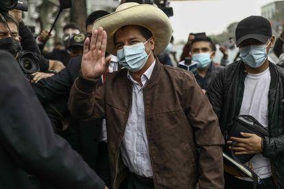 El candidato presidencial Pedro Castillo llega a la Casa del Maestro este martes, en Lima.