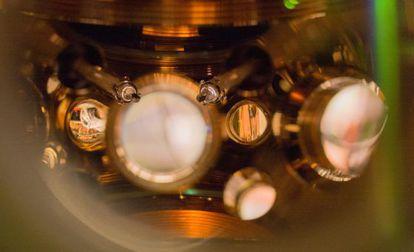 La precisión de este reloj atómico se apoya en que los átomos de estroncio oscilan 431 billones de veces cada segundo.