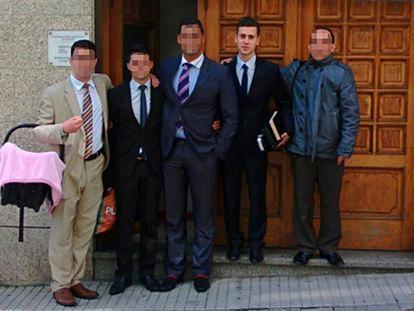 Samuel (segundo por la derecha) con otros fieles de la Congregación Cristiana en España, en la calle Pardo de Cela de A Coruña.