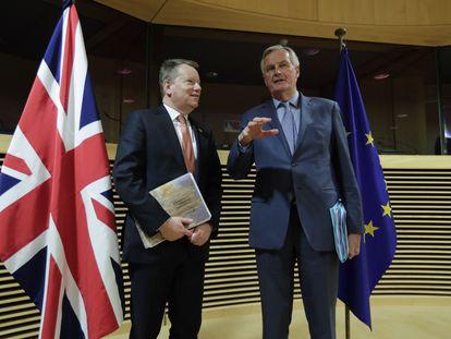 Los negociadores del Reino Unido, David Frost, y la UE, Michel Barnier (derecha), este lunes antes del inicio de la primera ronda de conversaciones.