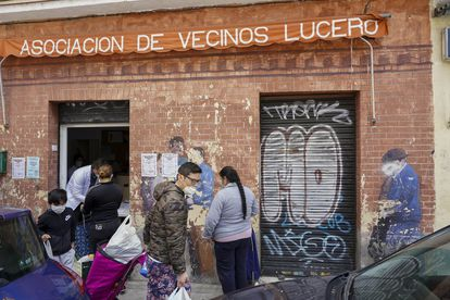 Entrega de alimentos en la Asociación de Vecinos Lucero, en el distrito de Latina