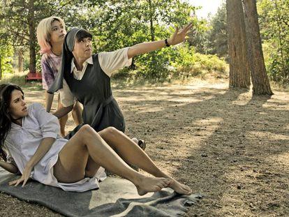 De izquierda a derecha, Macarena García, Anna Castillo y Belén Cuesta, en el rodaje de 'La llamada'.