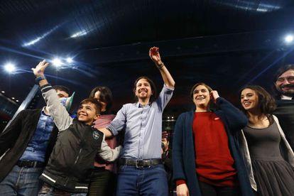 Pablo Iglesias y la alcaldesa de Barcelona, Ada Colau, en el mitin de Podemos en La Caja Magica de Madrid.