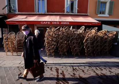 Los bares permanecerán aún cerrados en Francia, que refuerza las medidas restrictivas para frenar la pandemia de coronavirus.