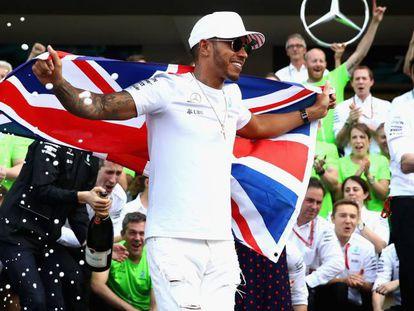 Hamilton celebra con su equipo el campeonato.