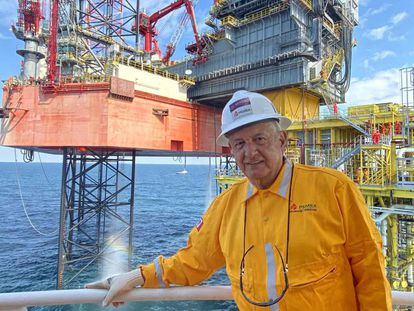 El presidente López Obrador, en una plataforma petrolera en diciembre.