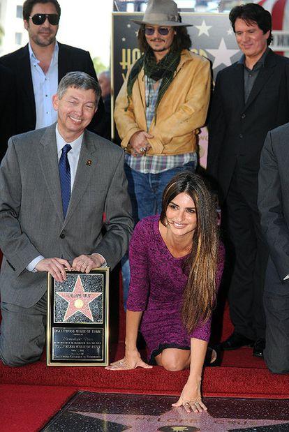 Penélope Cruz posa en su estrella del Paseo de la Fama de Hollywood junto con el director de la cámara de comercio de Hollywood (arrodillado a su lado). En la parte de detrás, sus otros invitados: su marido Javier Bardem, Johnny Deep y el director Rob Marshall.