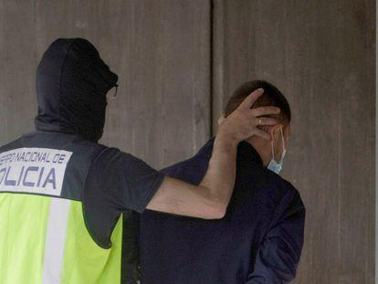 Un agente traslada a uno de los seis detenidos por la muerte de Samuel Luiz, el viernes pasado en el edificio de los juzgados de A Coruña.