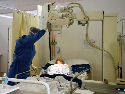 Un sanitario atiende a un enfermo, en un hospital del IMSS en Ciudad de México.