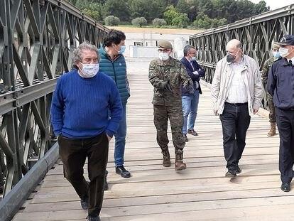 El alcalde de Montblanc (izquierda) este domingo en el puente.