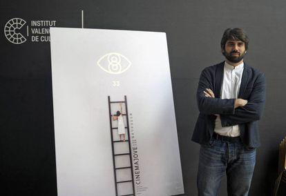 El director de Cinema Jove, Carlos Madrid, junto al cartel de esta edición.