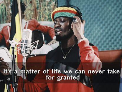Bobi Wine cantando en el vídeo de su canción Coronavirus Alert.