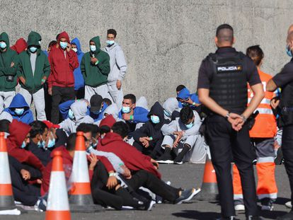 Desembarco de cuatro pateras, con 99 ocupantes, en el puerto de Arguineguín (Gran Canaria), el pasado domingo.
