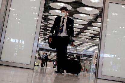 Un miembro de la tripulación de un avión camina por el aeropuerto de Madrid-Barajas Adolfo Suárez, el pasado 21 de junio.