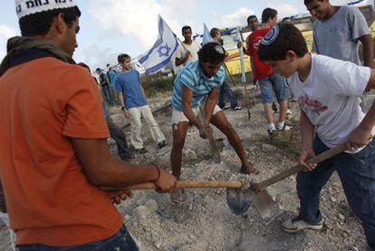 Jóvenes colonos excavan en la colonia de Kedumim, el pasado 1 de septiembre, para colocar la primera piedra de una guardería.