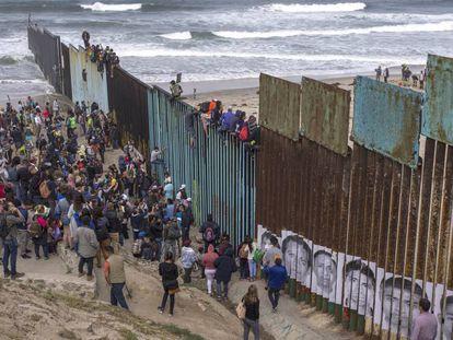 Migrantes en la frontera entre México y Estados Unidos (Tijuana).