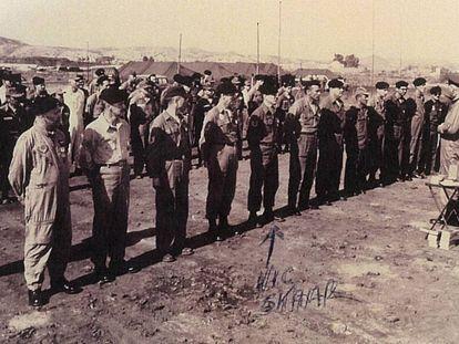 Fotografía oficial de la Fuerza Aérea de Estados Unidos facilitada por el veterano Victor Skaar, que participó en las tareas de limpieza en Palomares. Skaar es el quinto por la izquierda, como él mismo señala en un comentario de la imagen