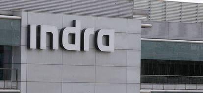 Logo de Indra en la sede de la compañía en Madrid.