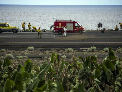 Operarios limpian la ceniza volcánica en la pista del aeropuerto de La Palma, donde todos los vuelos han sido cancelados.