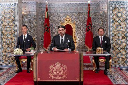 El rey Mohamed VI, flanqueado por su hijo el príncipe Mulai Hassán, a la izquierda, y su hermano, el príncipe Mulai Rachid.