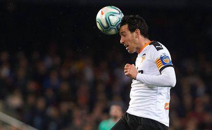 Parejo cabecea el balón ante el Madrid.