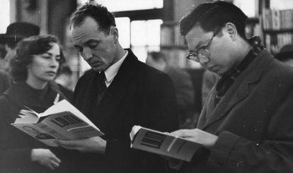 Lectores de Lolita, de Valdimir Nabokov, fotografiados en una librería de Londres en 1959.