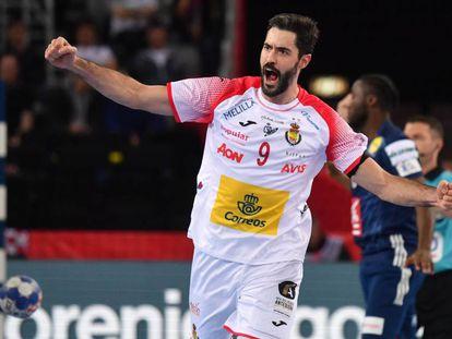 Raúl Entrerríos celebra un gol a Francia.