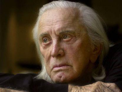 Kirk Douglas, en noviembre de 2001. En vídeo, las imágenes de su carrera en el cine.