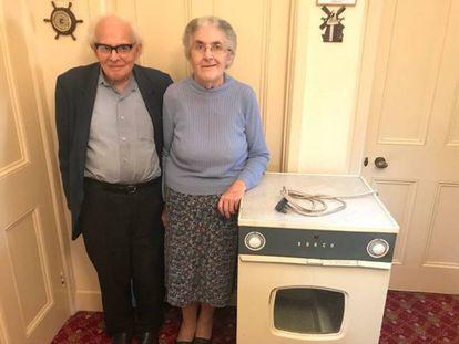 Sydney y Rachel Saunders con la secadora que llevan usando 55 años.