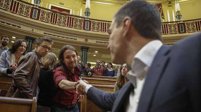 Pablo Iglesias saluda a Pedro Sánchez durante el último pleno del Congreso de esta legislatura.
