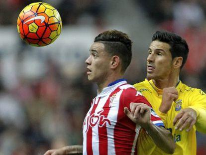 Sanabria controla el balón ante Gómez.