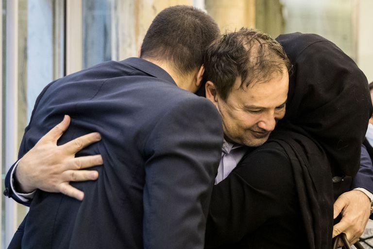 El científico iranoestadounidense Majid Taheri, al ser recibido por sus hijos en el aeropuerto de Teherán este lunes.