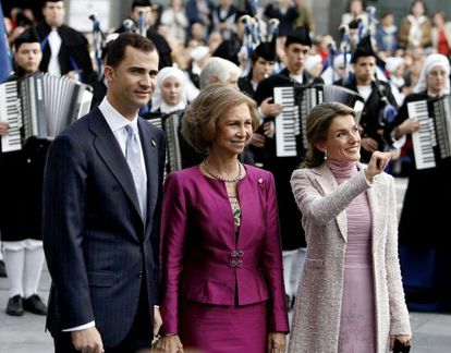 Los Príncipes con la Reina a la llegada al teatro Campoamor, en 2006.
