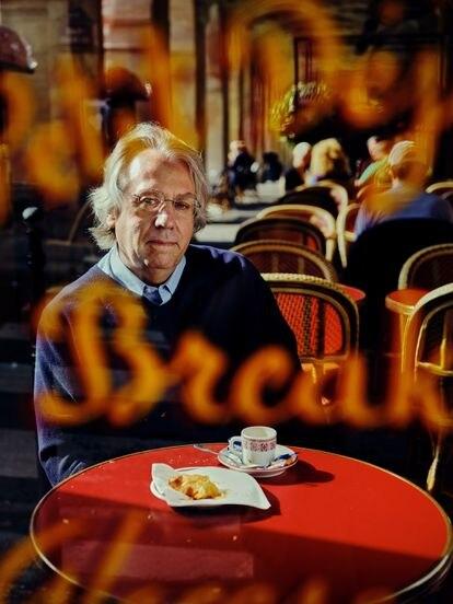 Kerry Emmanuel en un café de la Plaza de los Vosgos en Paris.