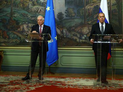 El jefe de la diplomacia europea, Josep Borrell, y el ministro de Exteriores de Rusia, Serguéi Lavrov, este viernes en Moscú.