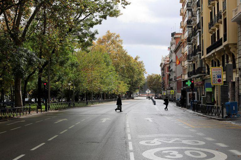Vista del Paseo del Prado de Madrid, medio vacío, en la 7.