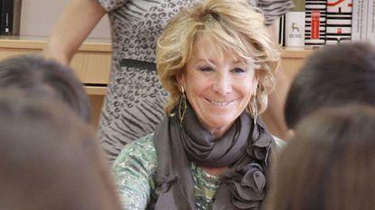 Esperanza Aguirre, en su primera visita al centro que imparte el bachillerato de excelencia, en diciembre de 2011.