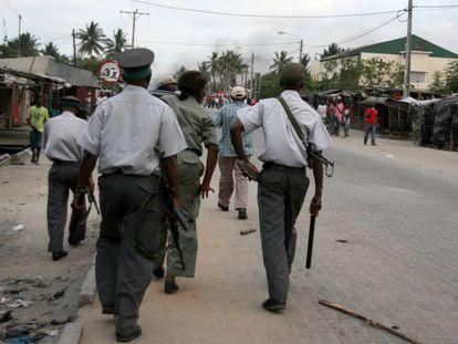 Varios policías, en una imagen de 2013 en Beira (Mozambique).