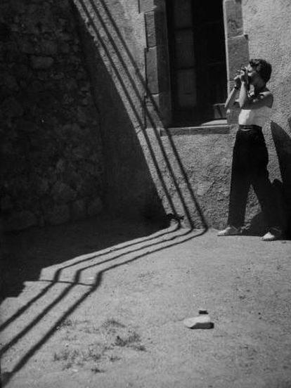 Palmira Puig con su cámara en 1950.
