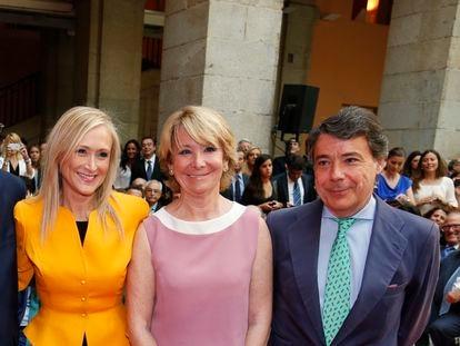 Cristina Cifuentes, a la izquierda, jura como presidenta de la Comunidad de Madrid en la Real Casa de Correos en Sol junto a Esperanza Aguirre e Ignacio González, en 2015.