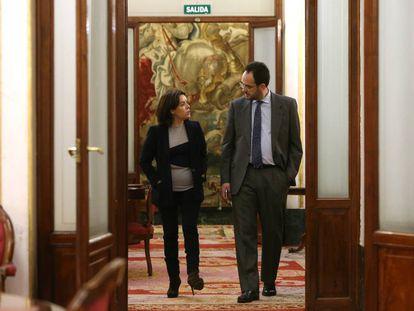 Soraya Saenz de Santamaria y Antonio Hernando conversan por los pasillos del Congreso de los Diputados