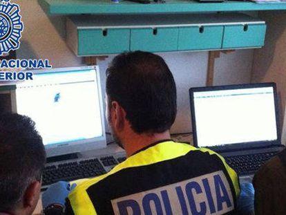 Agentes de Policía investigan delitos en la Red.
