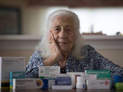 Carmen Mínguez, de 91 años, muestra su medicación en su casa de Madrid.