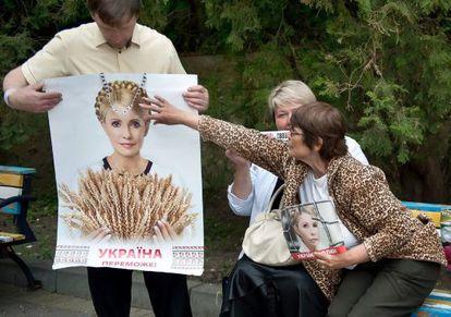 Seguidores de Timoshenko sostienen carteles con su retrato cerca del hospital donde se encuentra en Kharkiv (Ucrania).