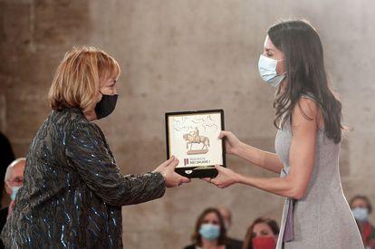 La reina Letizia entrega el Premio Jaime I en la categoría Nuevas Tecnologías, a Laura Lechuga hoy en la Lonja de los Mercaderes de Valencia.